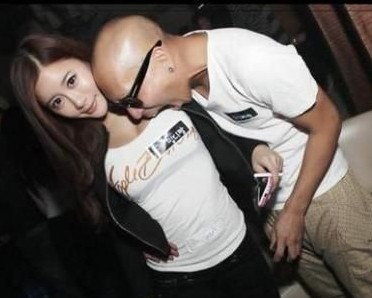 韩国夜生活实录:啃胸摸乳黑丝袜 看夜店性感美女帅哥们